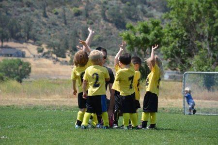 そもそも、なぜ少年サッカーチームに「収益化」が必要なのか?指導者の給与面から。